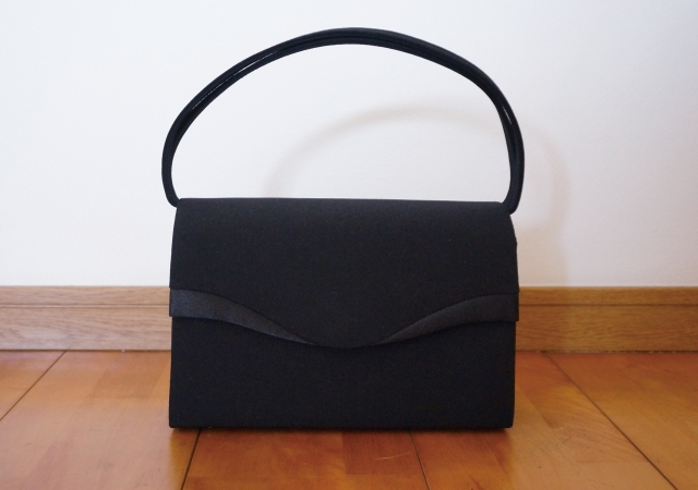 912779e3fe5 お葬式の鞄のマナー!金具や素材は要注意です | 終活ライブラリー